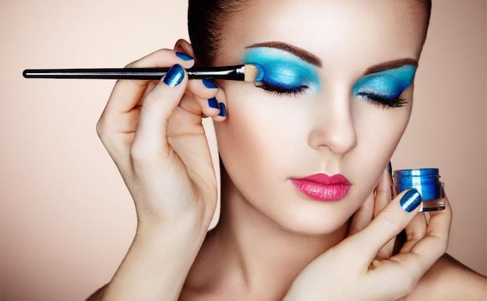 Grellen blauen Lidschatten auftragen, Porzellanteint und rosafarbene Lippen, blauer Nagellack