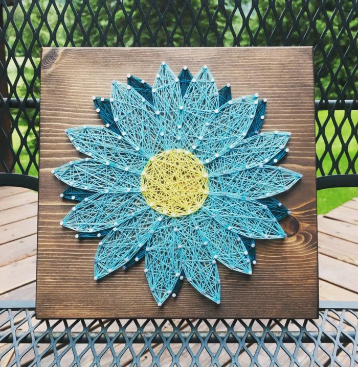 Gartendeko mit Fadenbilder von Blumen, eine blaue Blume in zwei Blauschattierungen