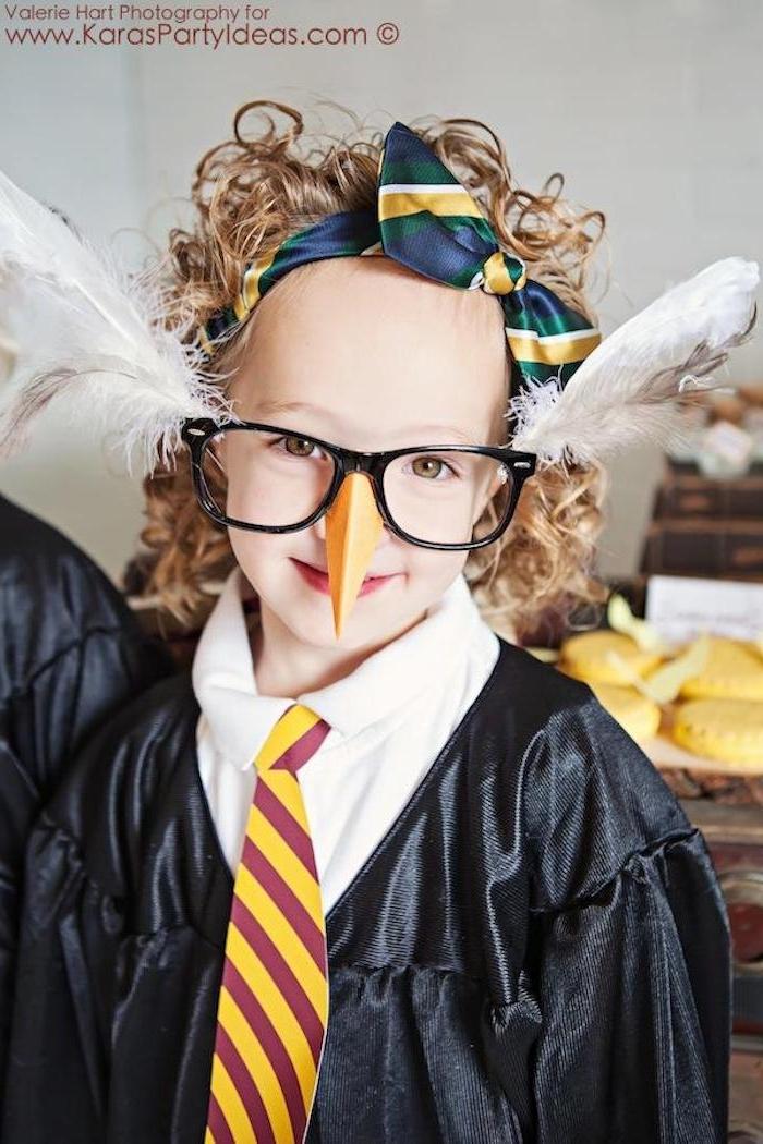 eule kostüm, brille mit langen weßen federn und einer langen orangen nase, blonde haare, eine gelbe krawatte und eine blaue scjleife, eunen basteln