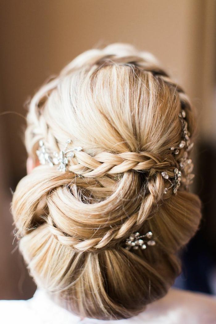 blonde Haare, zwei Zöpfe in einer prächtigen Frisur mit silbernem Haarschmuck