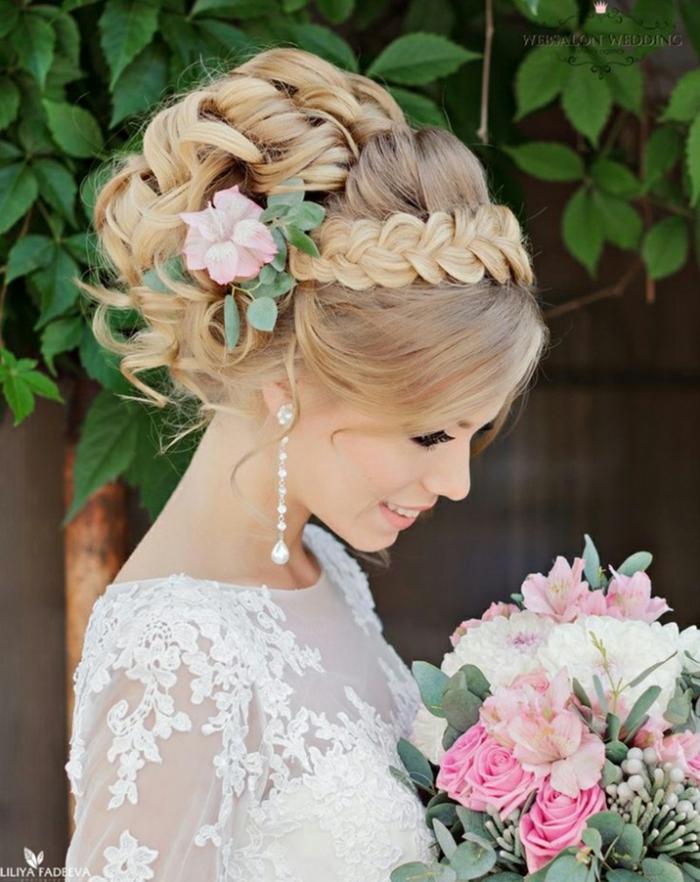 einen komplizierten Zopf flechten, ein rosa Blume im Haar, schöner Blumenstrauß