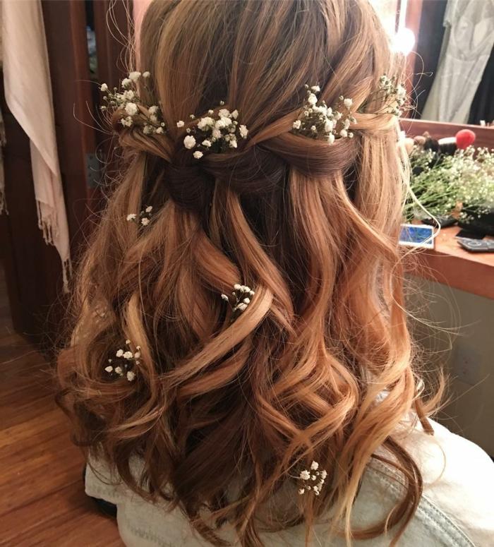 braune Haare mit helleren Strähnchen, weiße Blumen als Dekoration, Zopf flechten