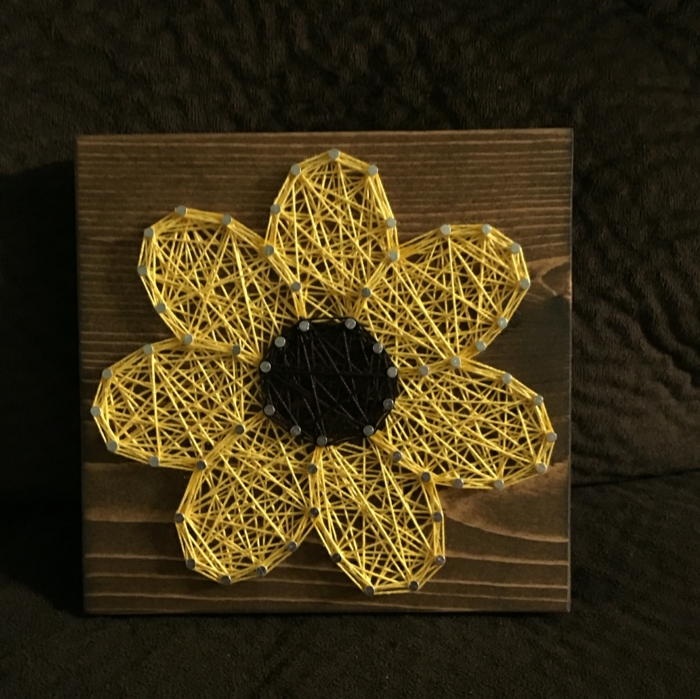 Sonnenblume Fadenbilder, gelbe Blüten und schwarze Inneren, silberne Nagel