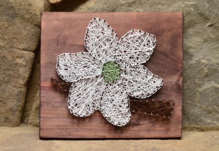 Nagelbilder von Blumen, eine weiße Blume mit Grün in der Mitte, ein brauner Zweig