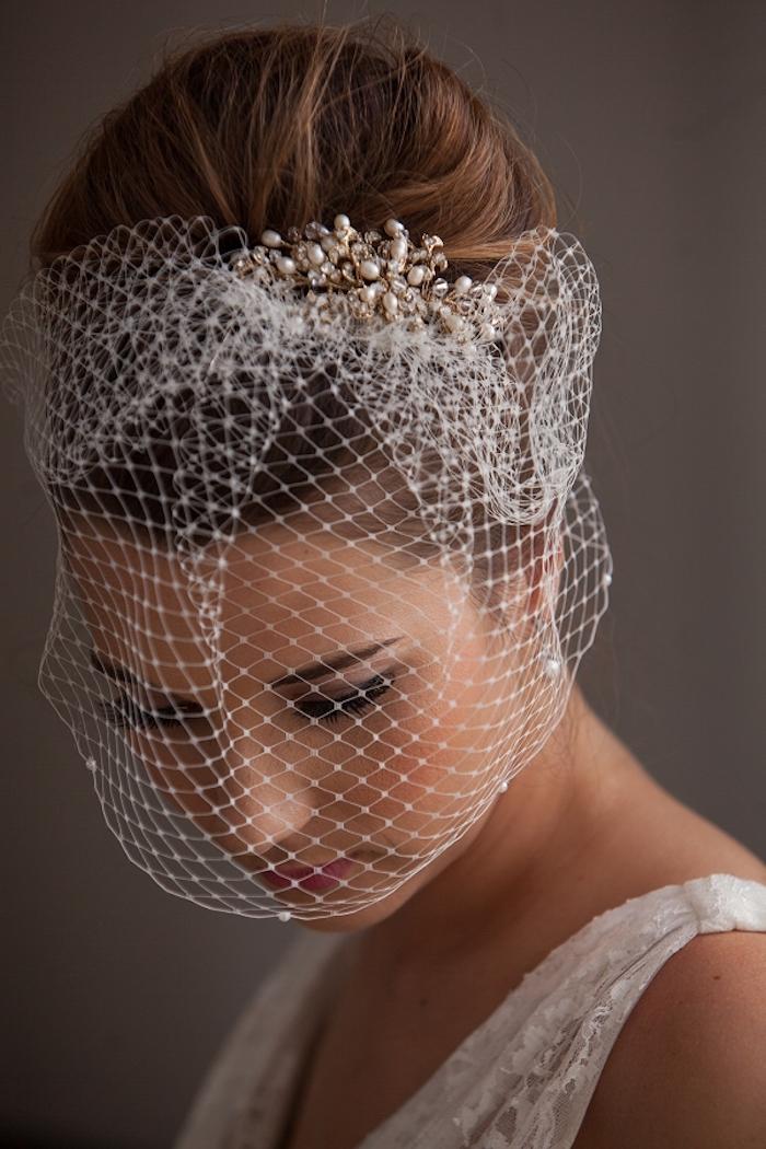 Dutt Frisur mit Schleier, Kristallen und Perlen im Haar, kastanienbraune glatte Haare