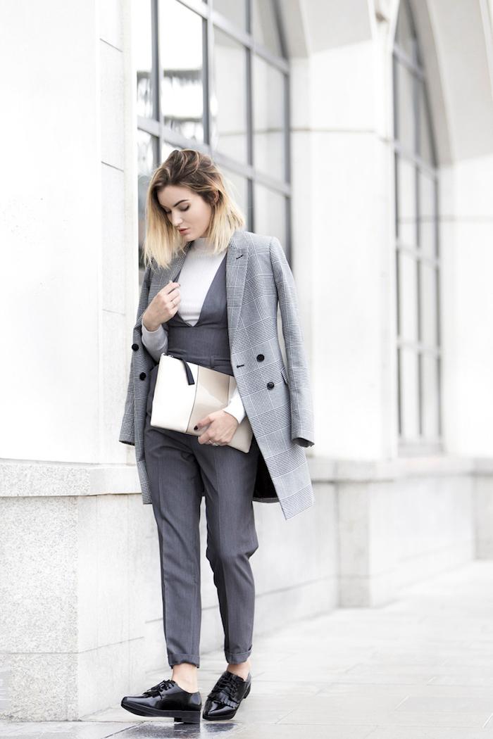 büro outfit in grau, hellgrauer mantel, dunkelgraue hemadhose in kombination mit weißem pulli