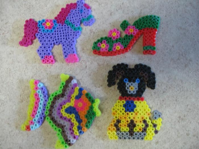 vier Bügelperlen Schablone- gelber Hund, gestreifter Fisch, Schuh mit Blumenmuster und blaue Pony