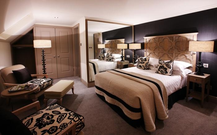 moderne Zimmer, Motive von Rosen von allen Kissen, eine Stehlampen, großer Spiegel