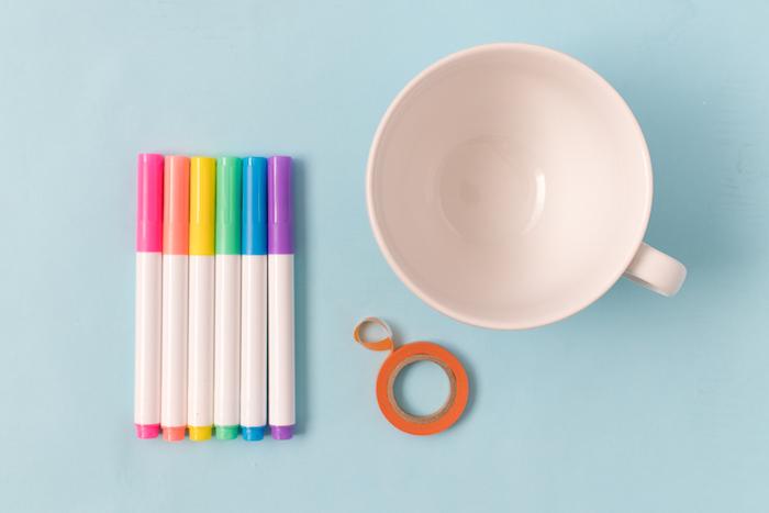 Tassen selbst bemalen, dazu brauchen Sie eine weiße Tasse, Klebeband und Permanentmarker