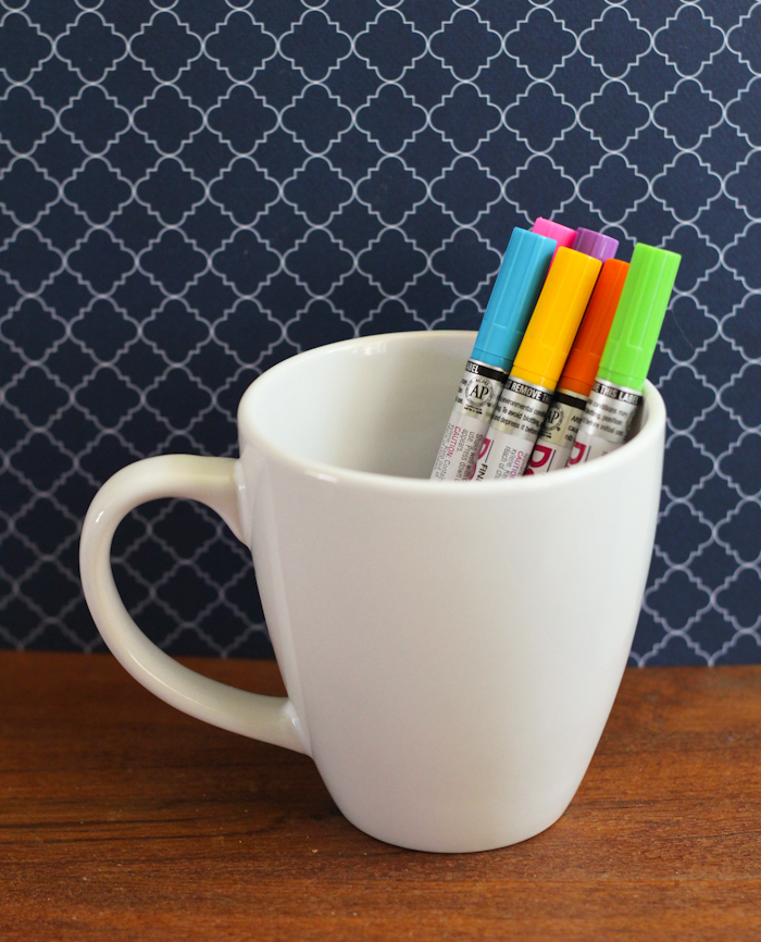 Tassen bemalen, einfache und schnelle DIY Ideen, dazu brauchen Sie eine weiße Porzellantasse und bunte Permanentmarker