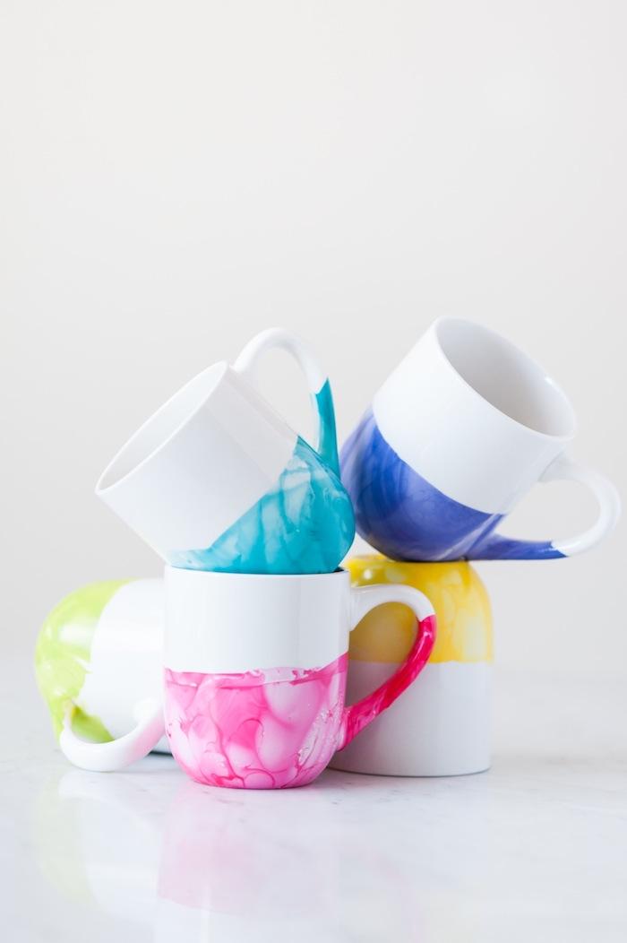 Weiße Porzellantassen mit Nagellack bemalen, fünf verschiedene grelle Farben