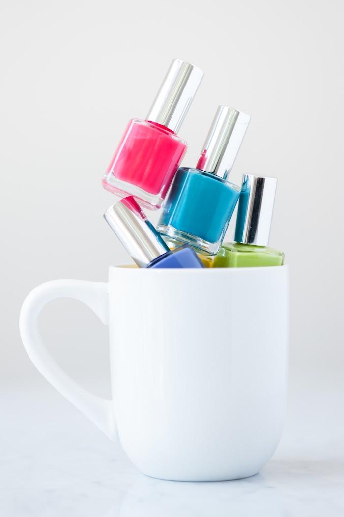 Porzellantassen mit Nagellack selbst gestalten, dazu brauchen Sie eine weiße Porzellantasse und verschiedene Nagelläcke