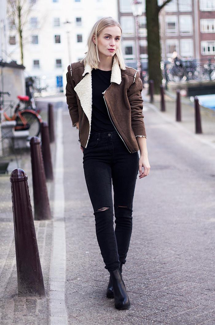 coole kleider für frauen, schwarze jeans und schwarze bluse, braune winterjacke