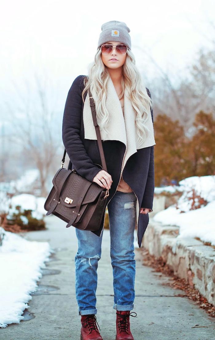 coole kleider für frauen, sportliche jeans mit dunkelroten schuhen und großer brauner tasche