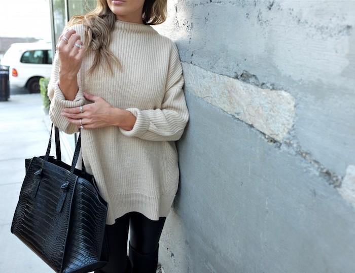 coole kleider für frauen, winterkleider, weite hellbeige gestrickte bluse, große tasche
