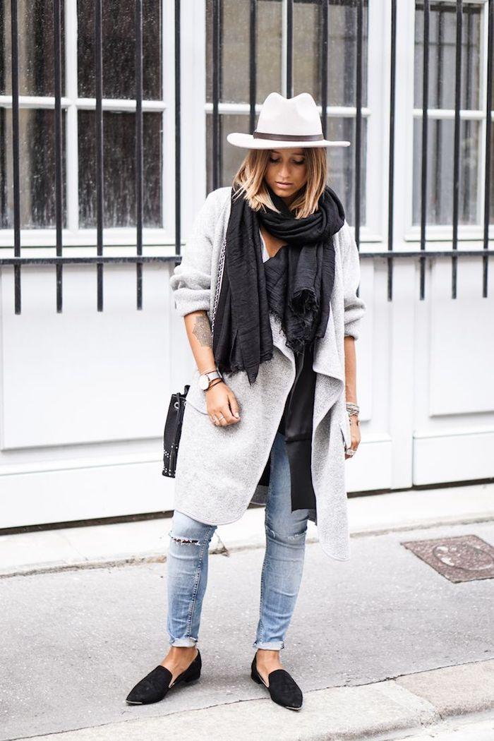 coole kleider für frauen, weiter grauer mantel, großer schwarzer schal, jeans