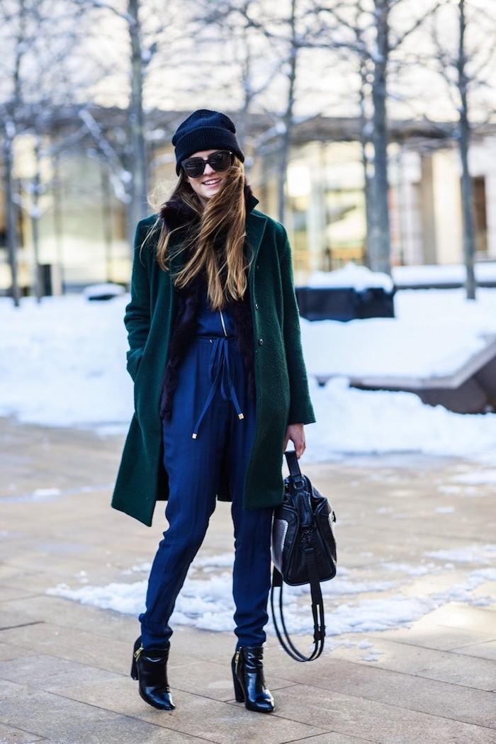 coole kleider für frauen, blaue hemdhose in kombination mit dunkelgrünem mantel