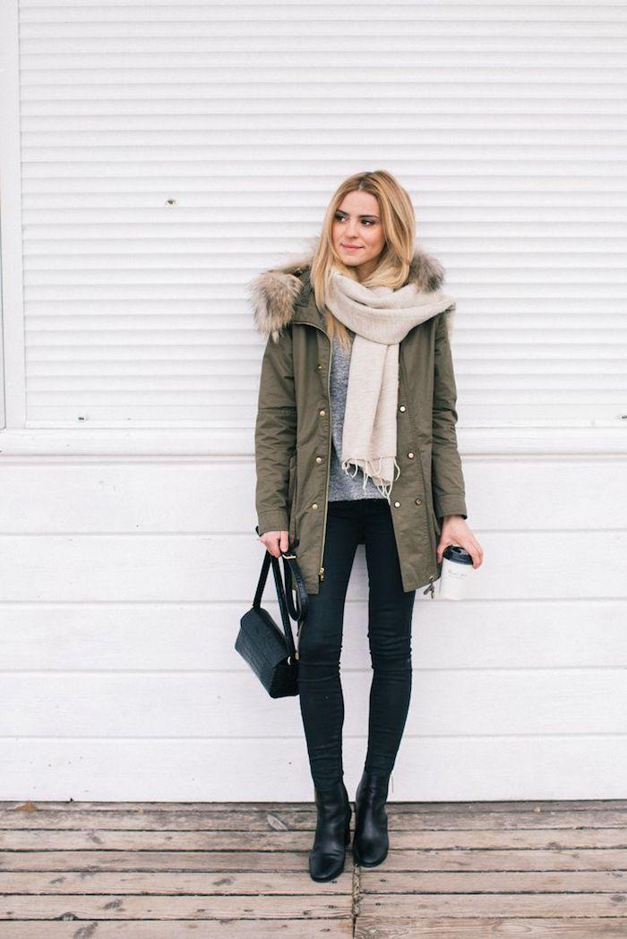 coole kleider, dunkelgrüne winterjacke, großer creme schal, graue bluse