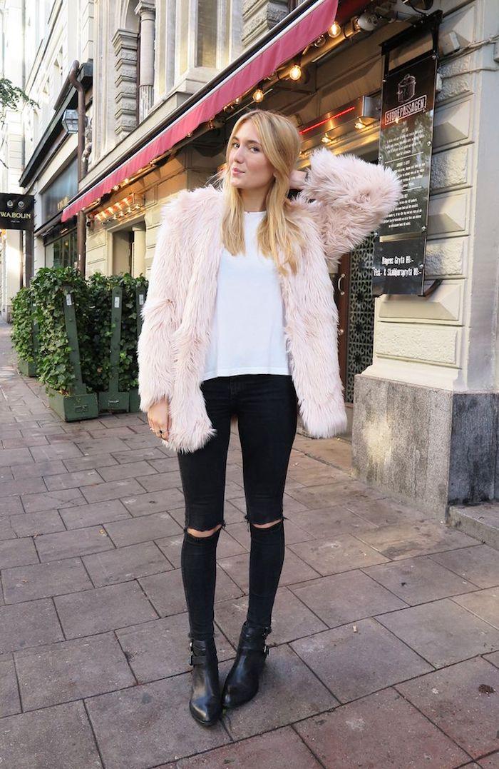 coole kleider, hellrosa felljacke kombiniert mit schwarzen jeans und weißer bluse