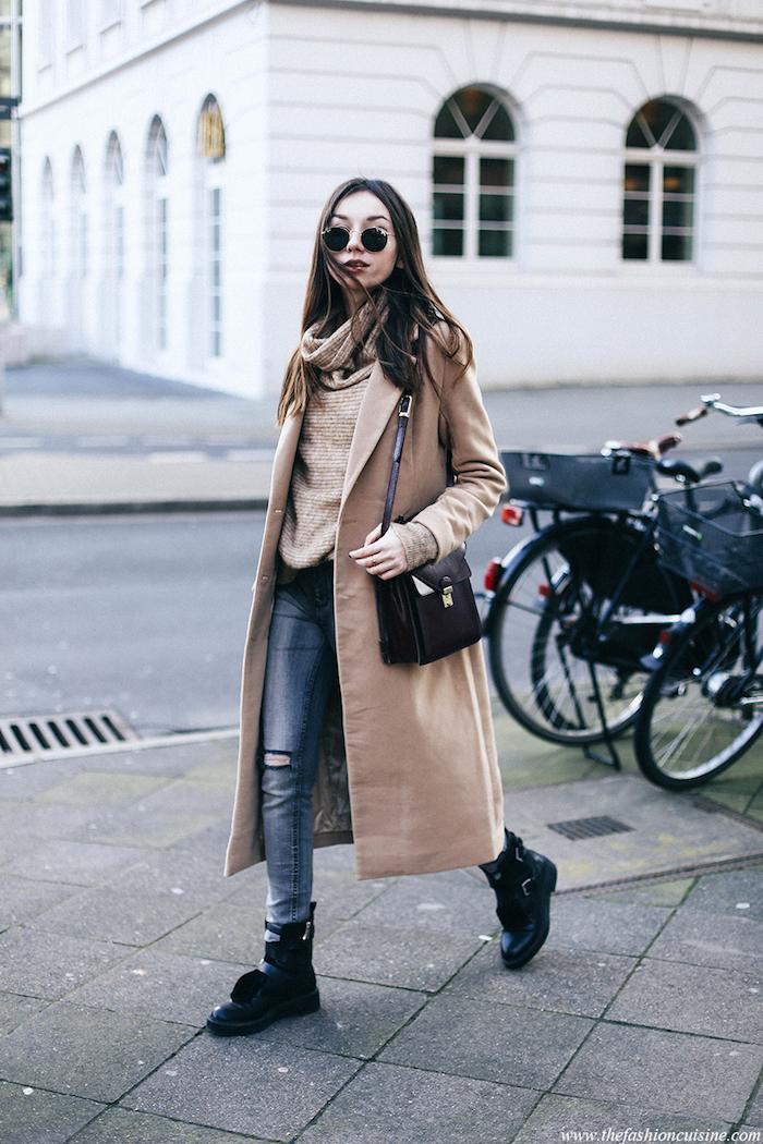 coole kleider für den winter, jeans mit beige getrickter bluse und langem beige mantel runde sonnenbrille
