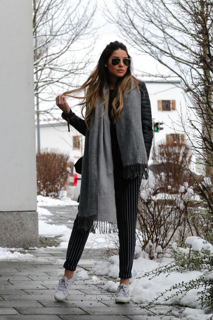 coole kleider für frauen, weite gestreifte hose, großer grauer schal, sonnenbrille, haare im ombre-look