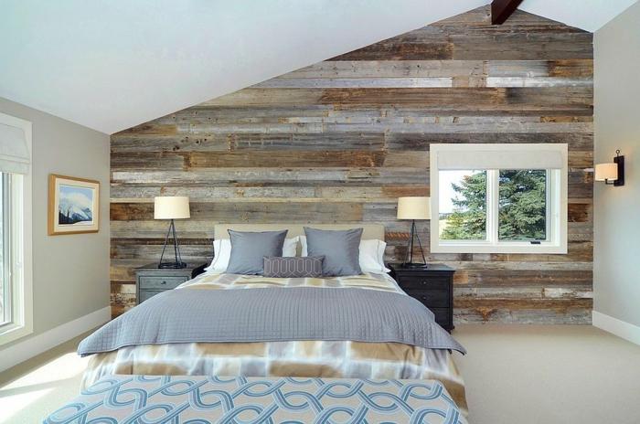 symmetrisch Schlafzimmer modern ausstatten, jeder hat Lampe und Nachttisch, Naturholz Optik Wand