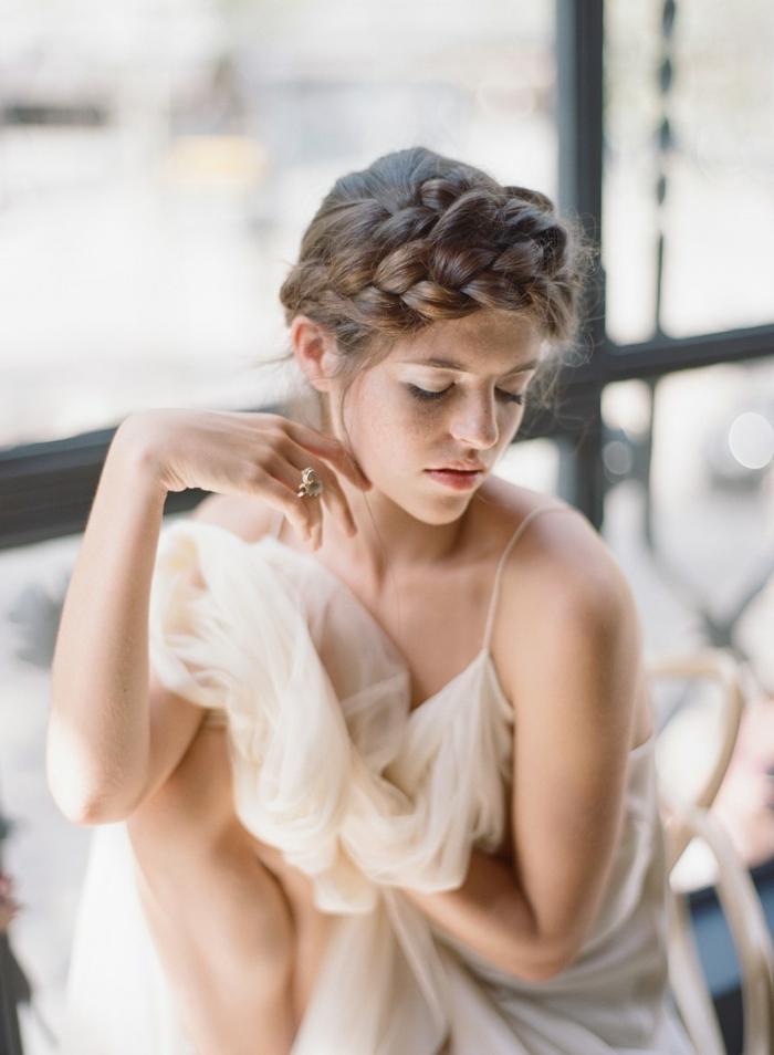 braunhaarige Frau, Zopf flechten wie eine Krone über dem Stirn, elegante Braun