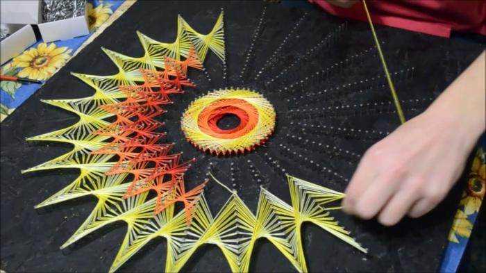 wie aus Fäden, eine Sonne aus Fäden und Nagel selber kreieren, String Art Vorlagen