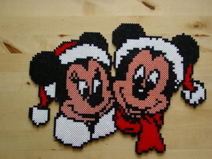 Bügelperlen Ideen zu Weihnachten, Mini und Mickey Maus weihnachtlich gekleidet