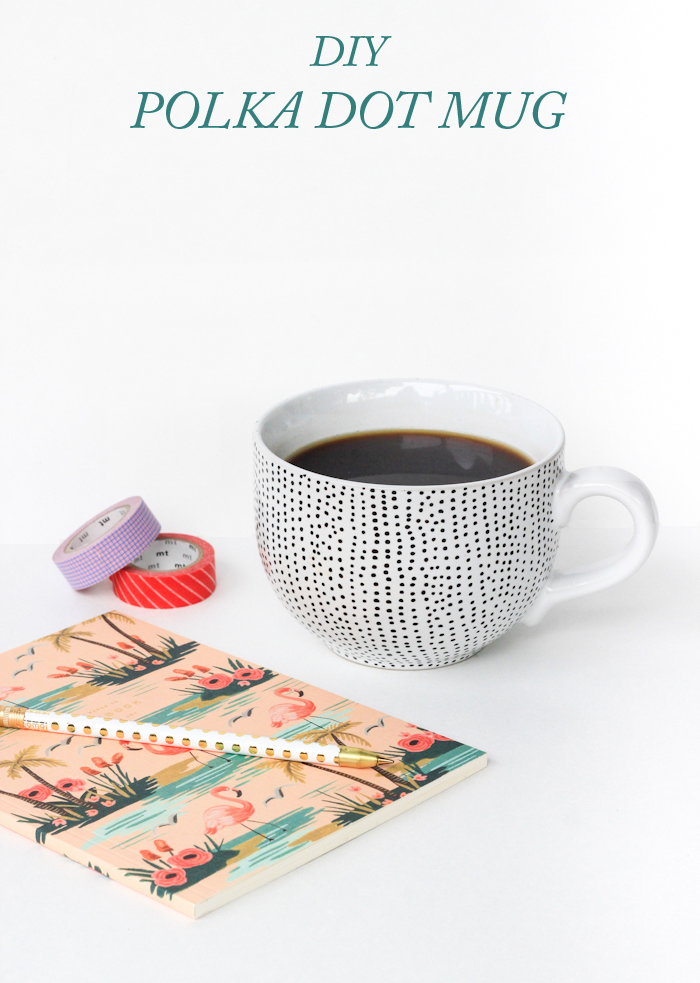 Porzellantasse mit Polka Dots selbst gestalten, schwarze Punkte auf weißem Grund, heft mit Blumen und Flamingos auf dem Einband, Kugelschreiber und Klebeband