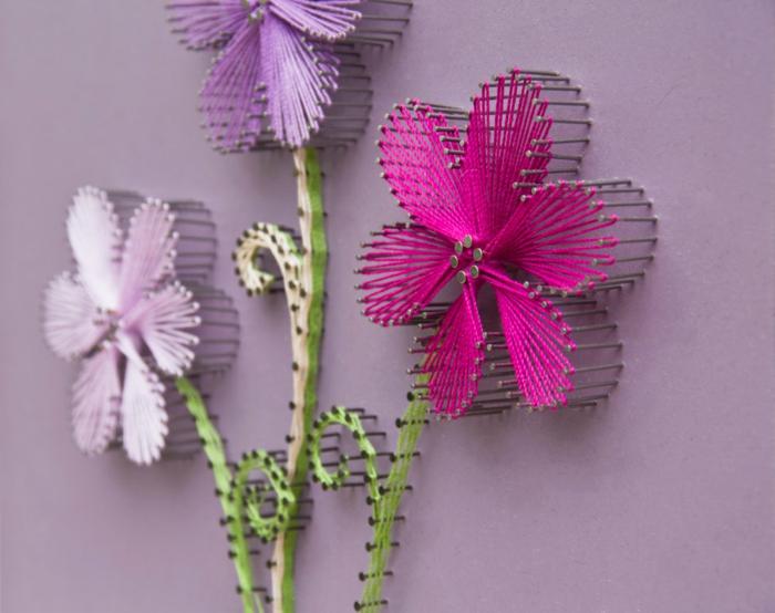 schöne Blumen, jede in verschiedener Farbe mit String Art Vorlage geschaft