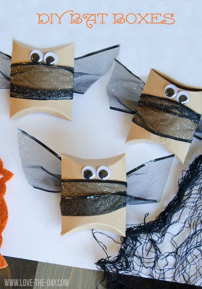 drei kleine fledermäuse mit schwarzen augen und mit schwarzen flügeln, fledermäuse basteln aus klorollen, bastelideen für kinder
