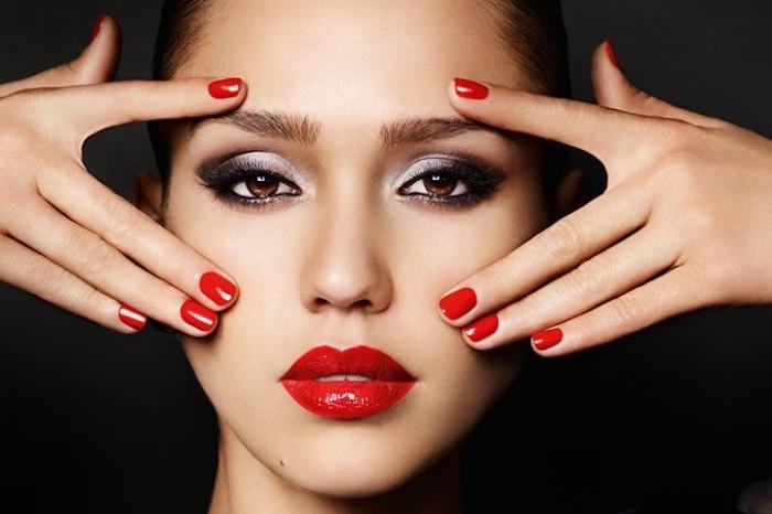lippenstift auftragen und ihn lange halten lassen, ideen für die damen, smokey augen schminken