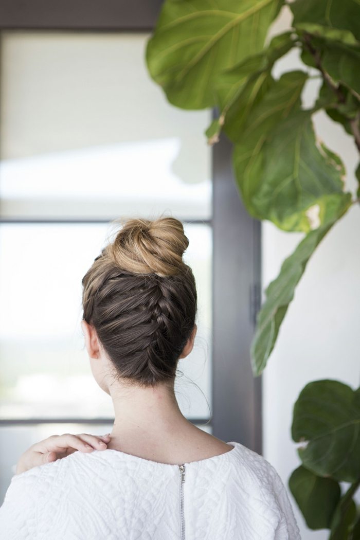geflochtene Zöpfe, eine Dutt Frisur von Braut mit blonden Haaren, Ombre Effekt