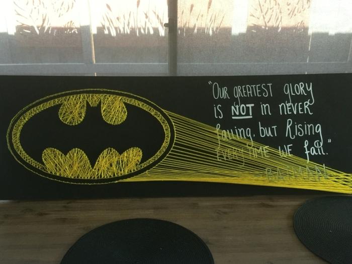 der nächtliche Himmel, von Nagelbilder von Batman Logo beleuchtet