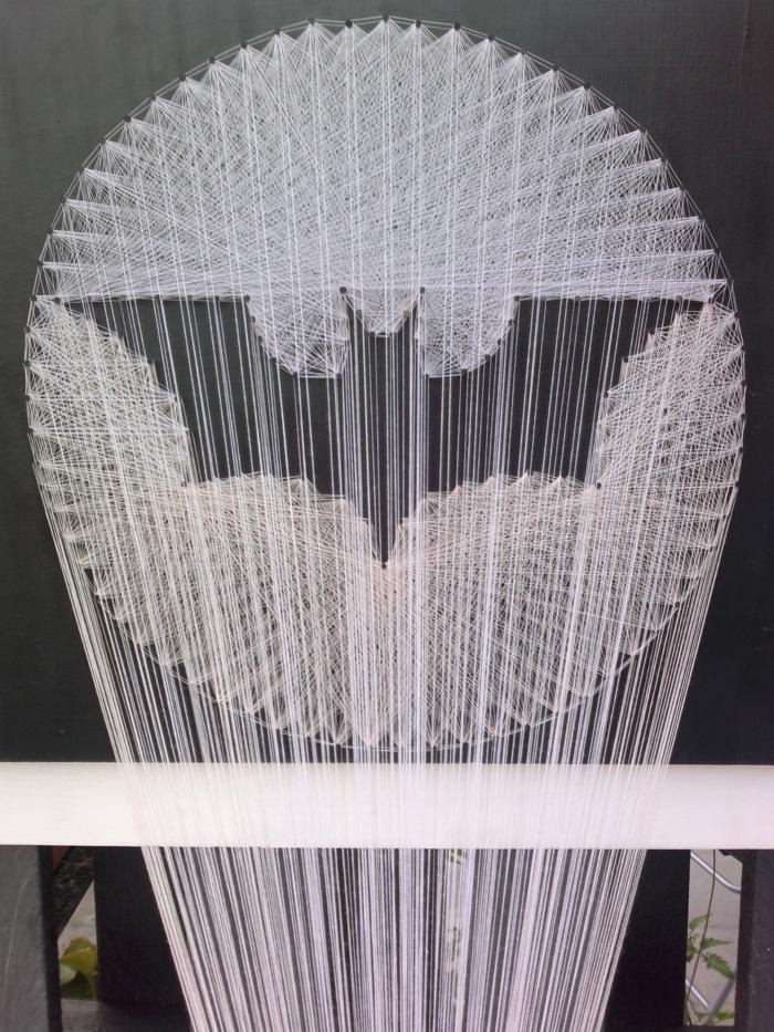 die Nagelbilder in weißer Farbe, Batman Logo, wie aus dem Film dargestellt