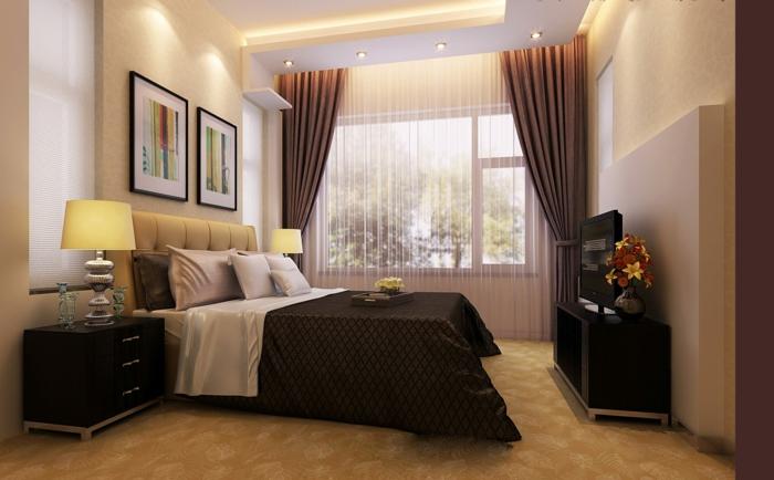 Schlafzimmer modern gestalten mit einem hohen Fenster zu der Terrasse, große Vorhänge
