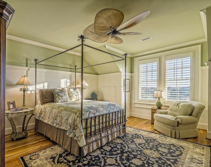 klassische Schlafzimmer Inspiration, Schlafzimmer mit Himmelbett, Leseecke mit kariertem Sessel