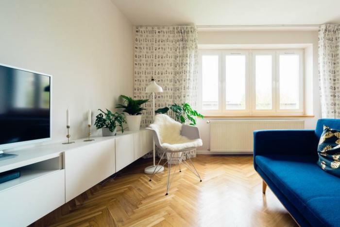 bunte Vorhänge, viel natürliches Licht, weiße Wohnwand Ideen für Fernsehwand mit vielen Dekorationen