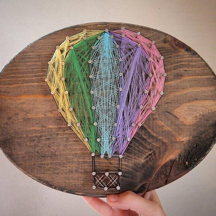 ein Luftballon in Nagelbilder aus verschiedenen Fäden, in der Farben von Regenbogen