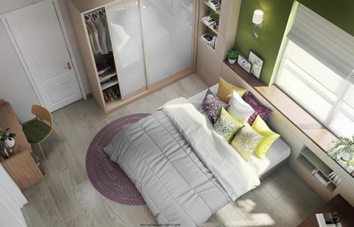Laminat Boden in grauer Farbe, ein Doppelbett, Schrank mit Schiebetüren, Schlafzimmer Deko