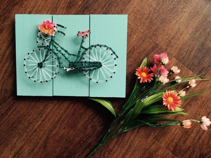 bildshöne Dekoration für den Frühling, ein Fahrrad als Nagenbilder mit vielen Blumen verziert
