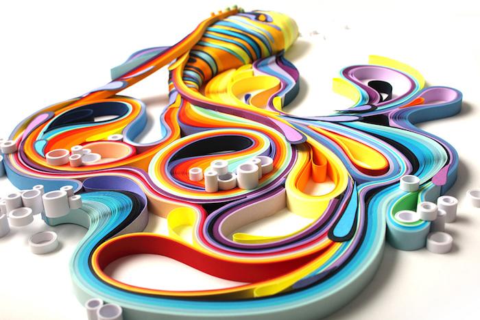 ein gelber fisch mit einem großen bunten schwanz aus langen papierstreifen, bastelideen mit papier, fisch aus blauen, violetten, gelben, roten und orangen langen quilling papierstreifen