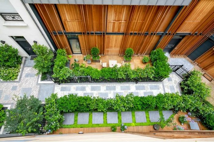 eine Terrasse von oben, grüne Terrassenpflanzen symmetrisch bepflanzt, ein Pfad