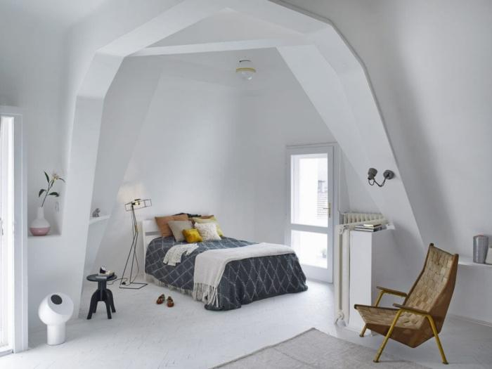 Eine Schlafecke In Einzimmerwohnung, Blaue Bettdecke, Bunte Kissen, Mit  Ausgefallner Lampe Schlafzimmer Dekorieren