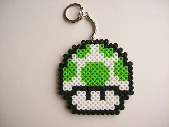 ein Pilz mit grünen Käppchen aus dem Spiel Supermario als Schlüsselanhänger - Bügelperlen Anleitung