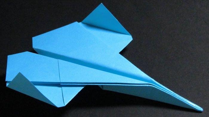 ein schwarzer tisch, bester papierflieger der welt, einen großen blauen papierflieger basteln