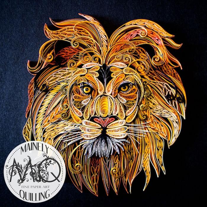 ein großer gelber quilling löwe aus papierstreifen, bastelideen mit papier, löwe mit einer dichten mähne aus gelben, orangen, roten und schwarzen und weißen papierstreifen