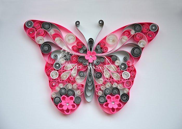ein großer pinker quilling schmetterling, quilling anleitung, ein schmetterling mit pinken flügeln und blumen aus pinken, grauen und weißen papierstreifen