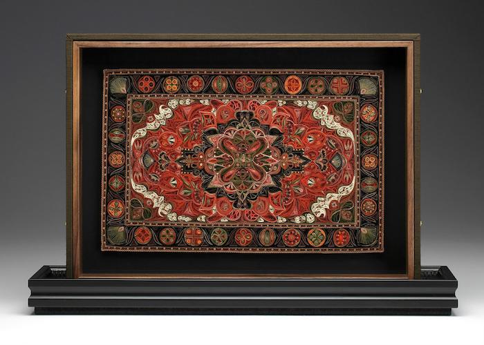 ein bild mit einem großen roten quilling teppich mit vielen kleinen quilling figuren, bild mit weißen, grünen, schwarzen, roten und orangen langen papierstreifen